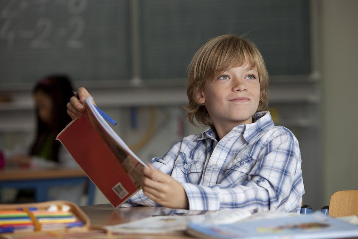 Glaubwürdiges Anzeigenfoto von einem Schüler für eine Bildungskampagne für Kinder