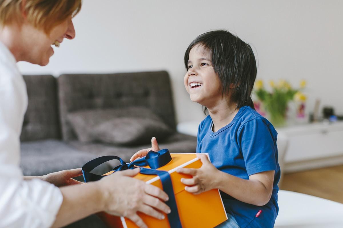 Natürliches Kinder Portraitfoto für die Werbung eines Geschenkeboxen Unternehmens