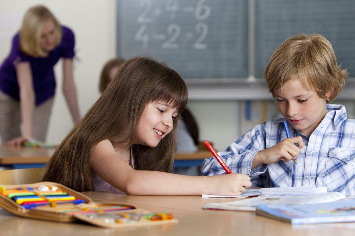 Bild von Kindern beim Lernen, genutzt für Werbung