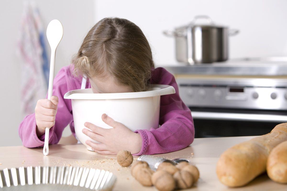 Lustiges Werbefoto mit einem Kind in der Küche