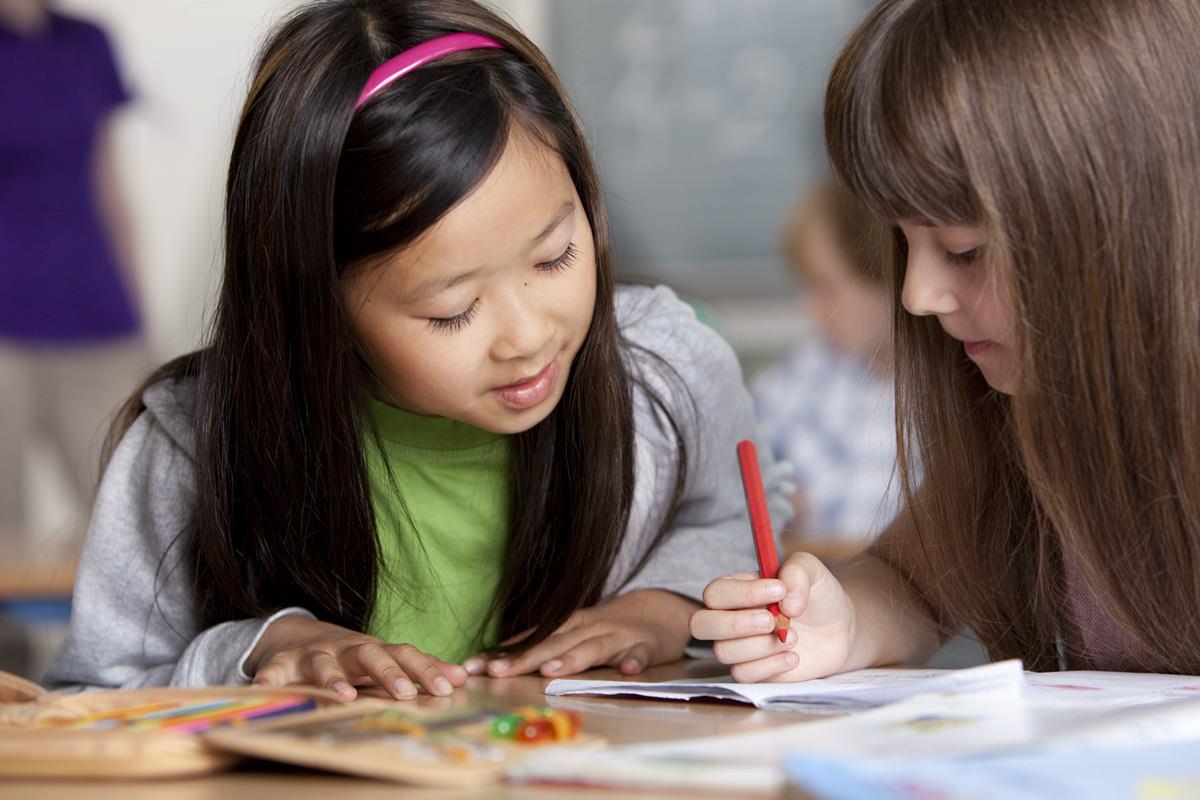 Natürliches Werbefoto mit 2 lernenden Mädchen