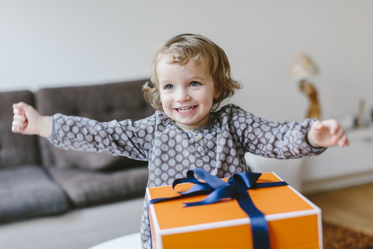 Süßes Werbefoto eines kleinen Kindes mit Geschenk fotografiert von Hanna Witte