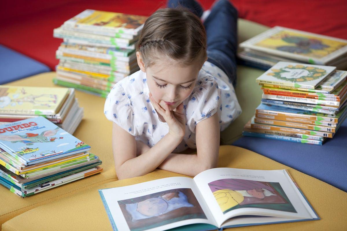 Werbefoto von einem lesenden Mädchen aufgenommen von Fotografin Hanna Witte
