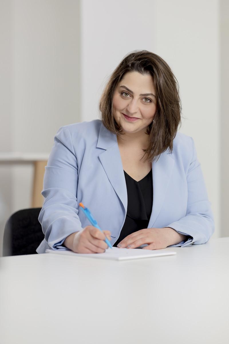 Natürliche Pose für das Business Portrait einer Mitarbeiterin eines Finanzunternehmens | Foto: Hanna Witte
