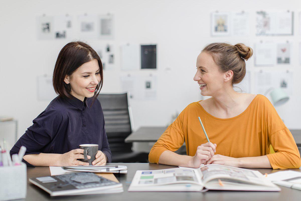 Businessfoto von 2 Mitarbeiterinnen einer Designagentur