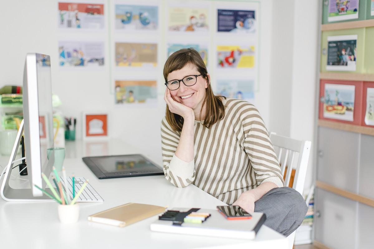 Modernes Businessportrait einer Unternehmerin am Schreibtisch