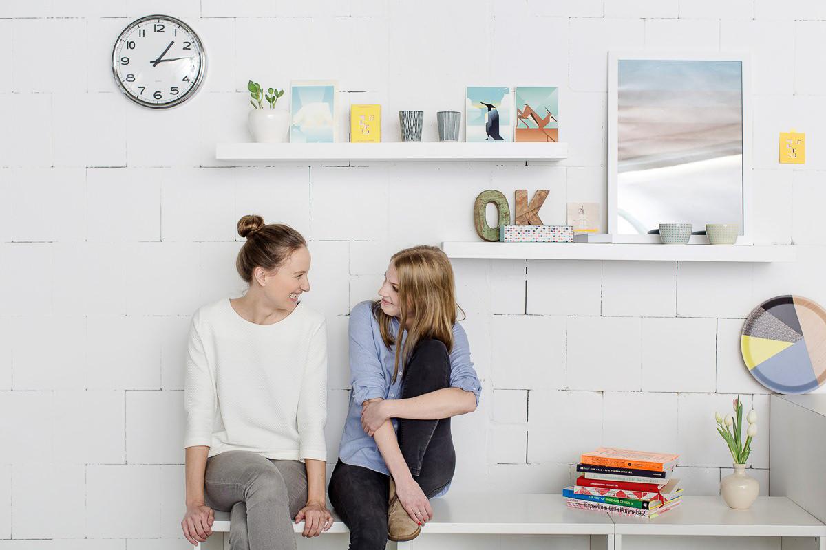 natürliches businessfoto von 2 Frauen, die in einer Designagentur arbeiten