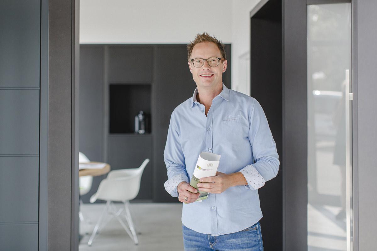 Natürliches Business Portrait eines Unternehmers in seinem Büro