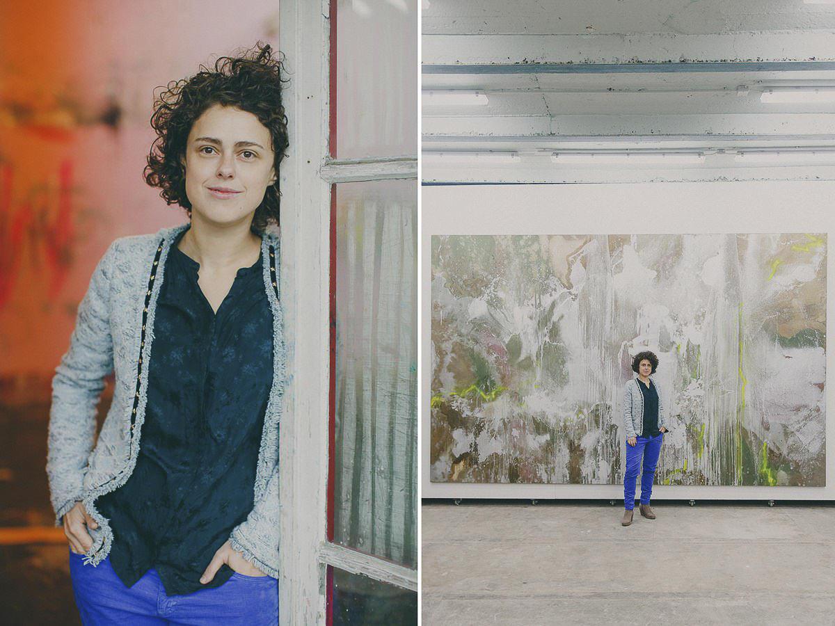 Natürliches Portraitfoto einer Künstlerin in ihrem Atelier