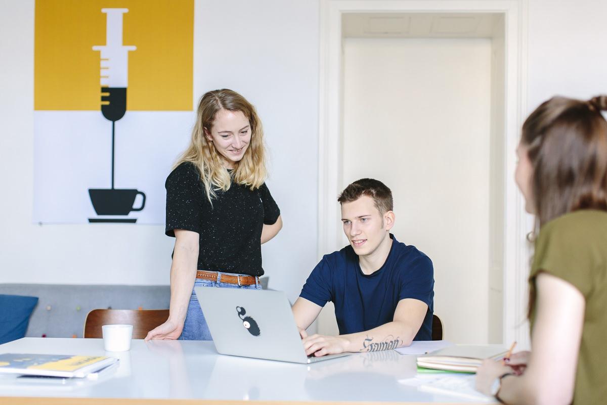 Portraitfoto von Mitarbeitern bei einem Meeting