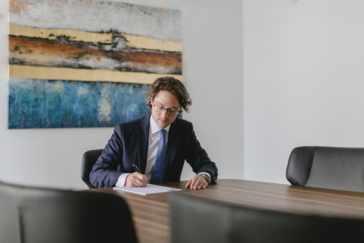 Portraitfoto eines Anwalts am Arbeitsplatz