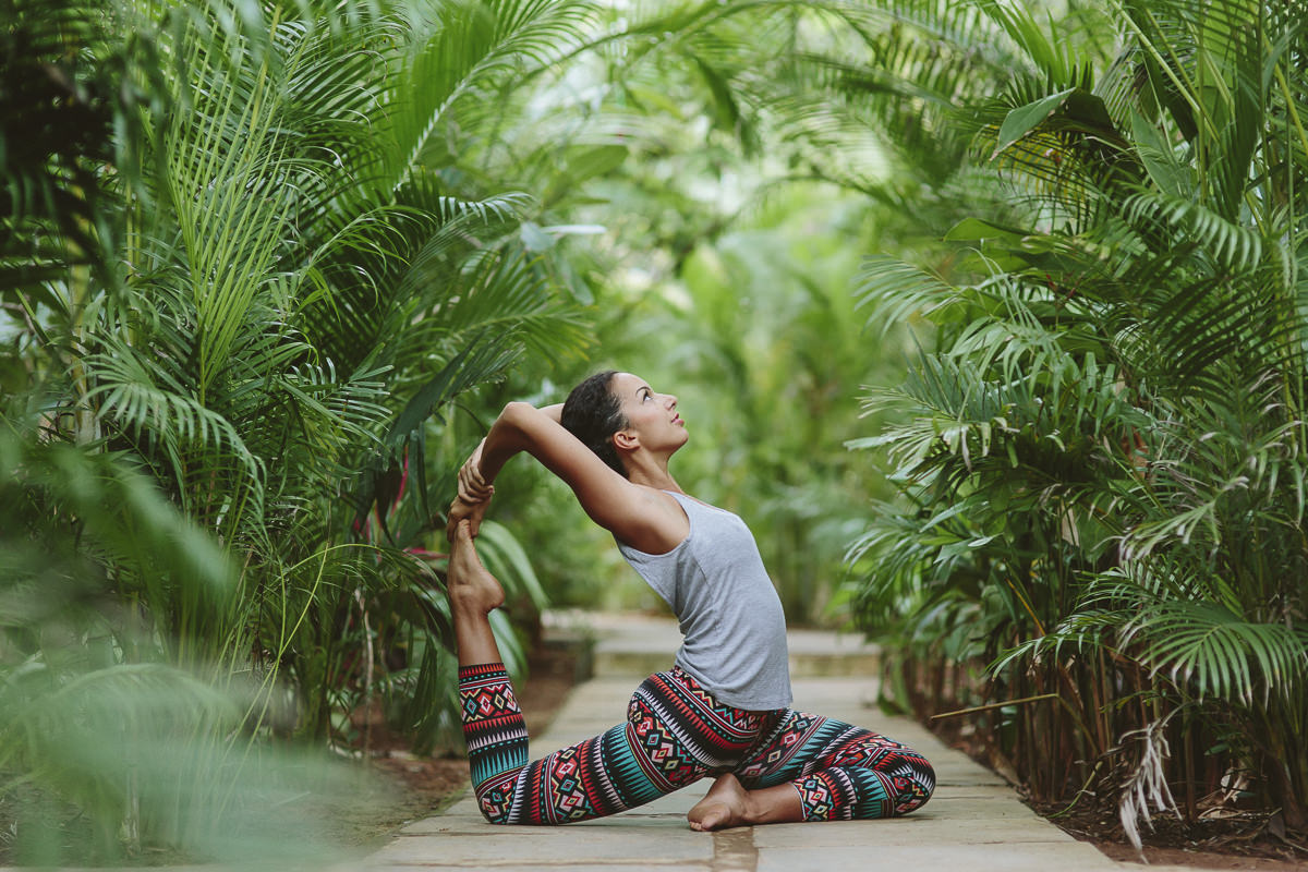 Foto einer wunderschönen Yoga Pose in der Natur
