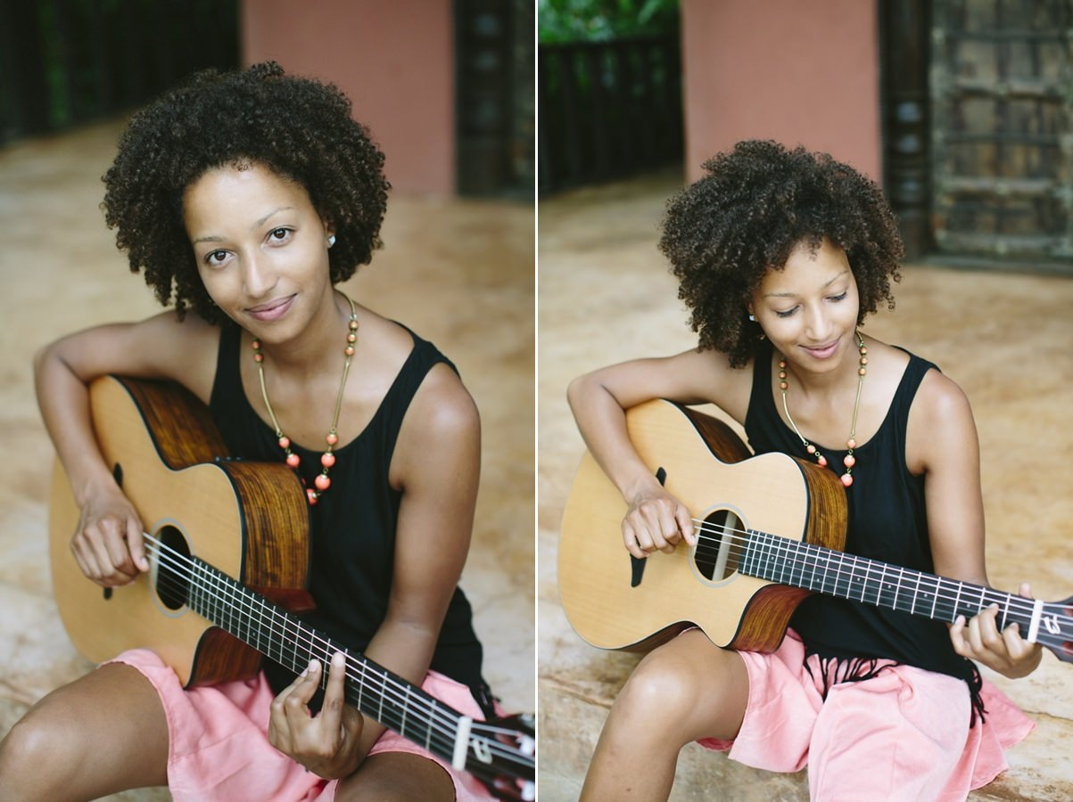 Portrait picture of musician Nely Daja with her guitar