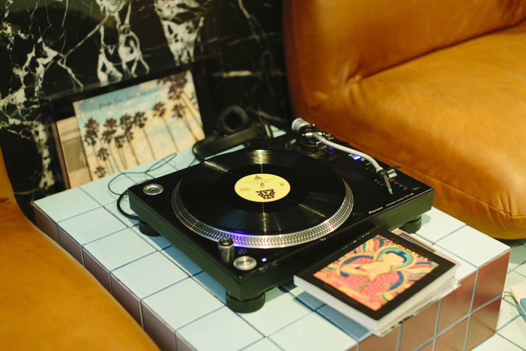 Foto von einem alten Schallplattenspieler im 25hours Hotel The Circle in Köln | Foto: Hanna Witte