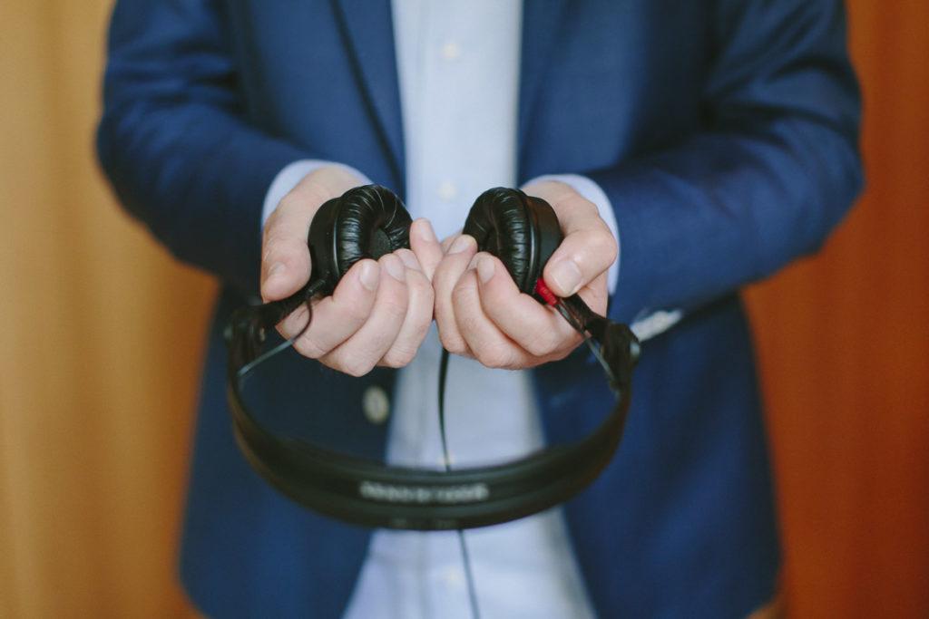 Event DJ Markus Rosenbaum hält seine Kopfhörer in den Händen | Foto: Hanna Witte