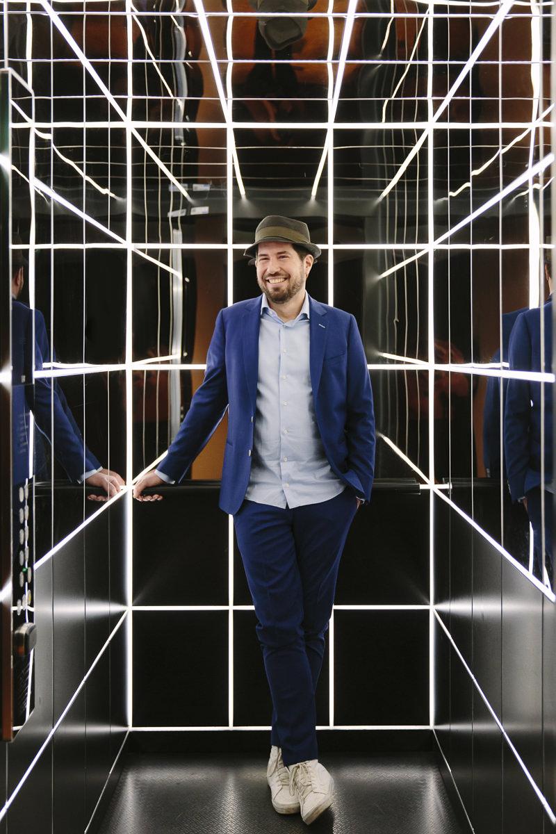 Cooles Portraitfoto von Event DJ Markus Rosenbaum im Aufzug des stylischen 25hours Hotel The Circle in Köln | Foto: Hanna Witte