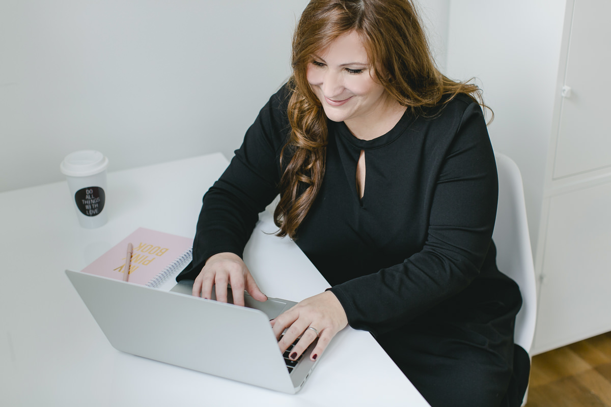 Businessportrait von Hochzeitsplanerin Katrin Glaser bei der Arbeit am Laptop