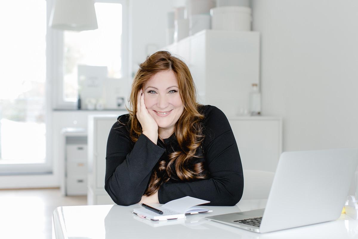 Modernes Businessportrait von Hochzeitsplanerin Katrin Glaser von Sagt Ja