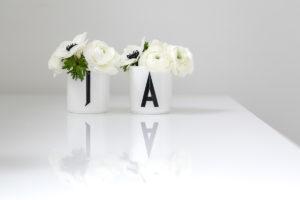 2 Tassen mit Blumen bilden das Wort Ja