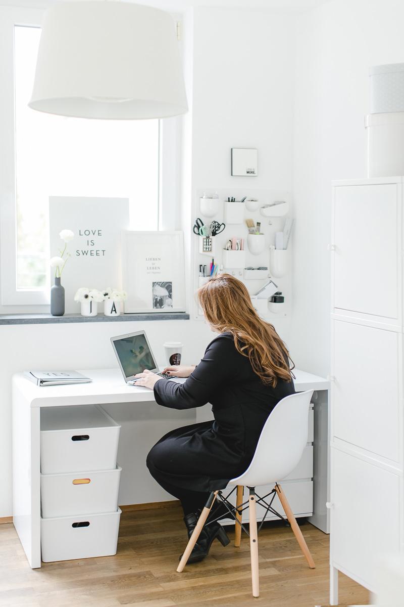 Portraitfoto von Hochzeitsplanerin Katrin Glaser bei der Arbeit am Schreibtisch