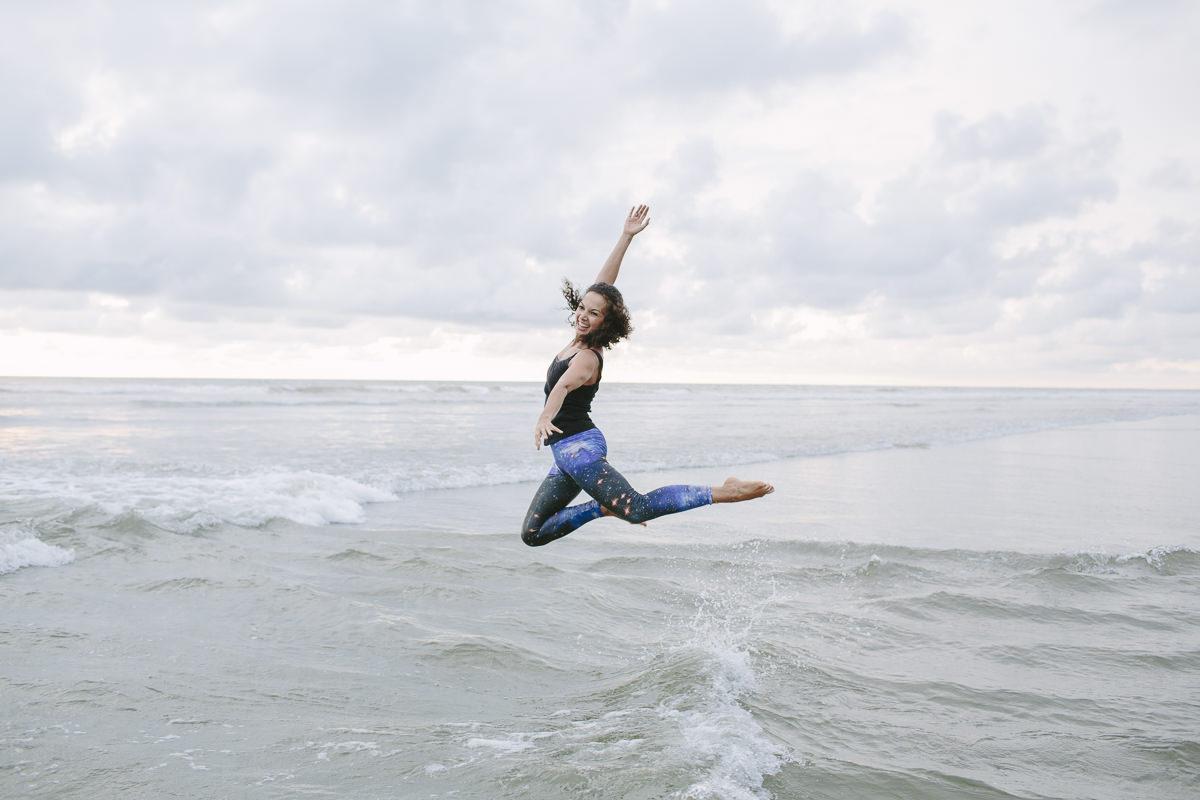 Lockeres Portraitfoto einer springenden Frau am Meer fotografiert von Hanna Witte