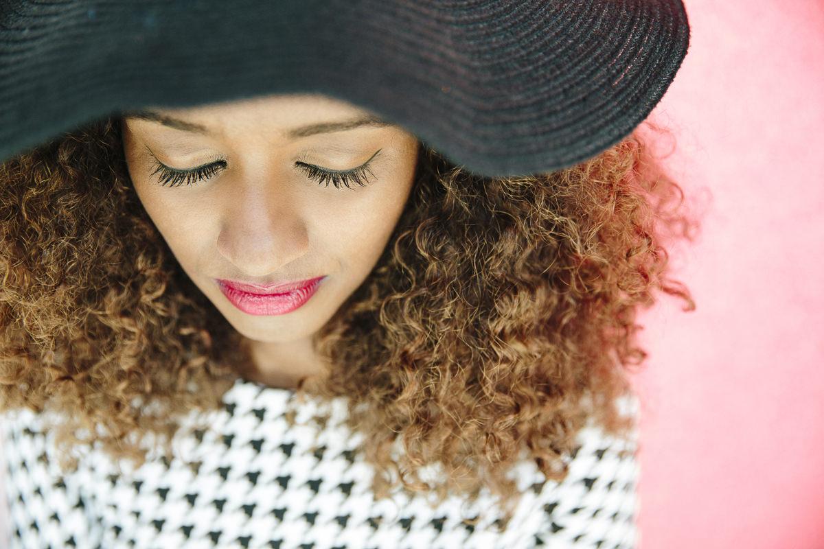 Ausdrucksstarkes Close-Up Portraitfoto einer Frau fotografiert von Hanna Witte