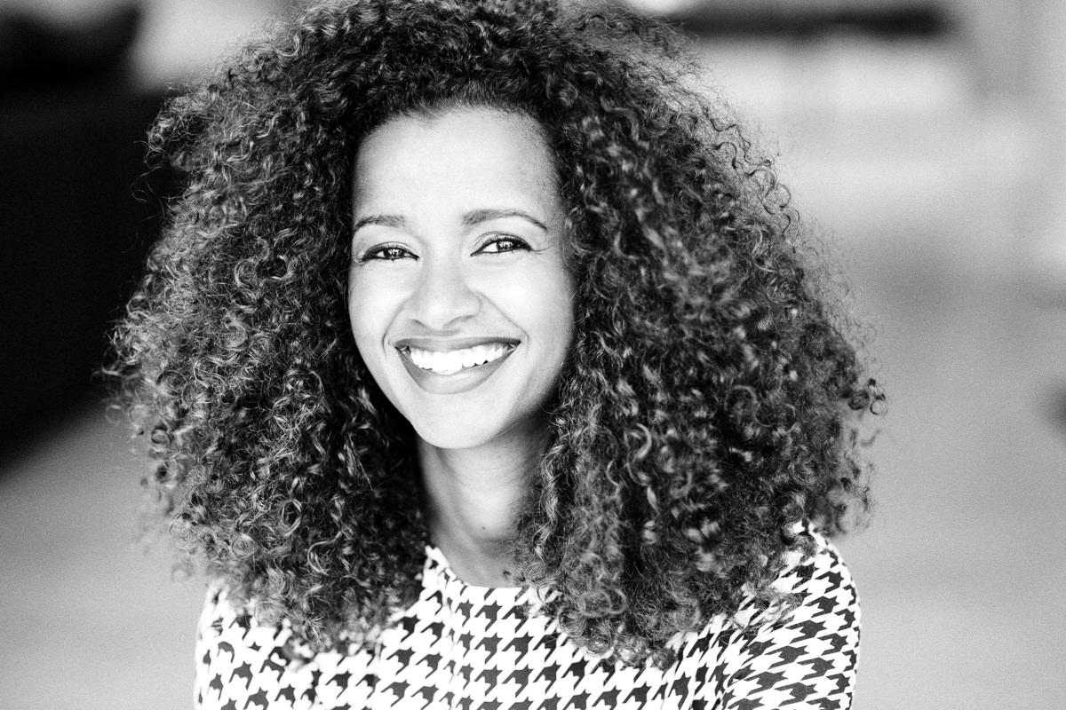 Sympathisches schwarz-weiss Portraitfoto einer hübschen Frau fotografiert von Hanna Witte