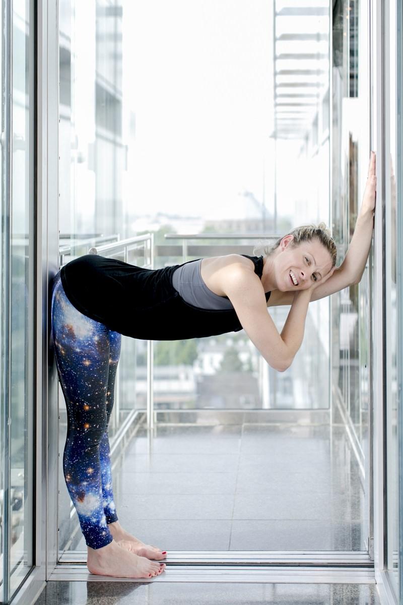 Portraitfoto einer Yogalehrerin beim Yoga fotografiert von Hanna Witte