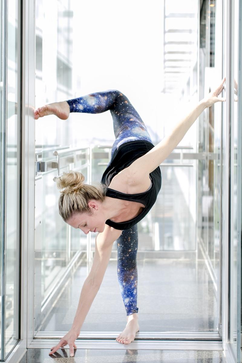 Portraitfoto einer Yogalehrerin bei einer Yogaübung fotografiert von Hanna Witte