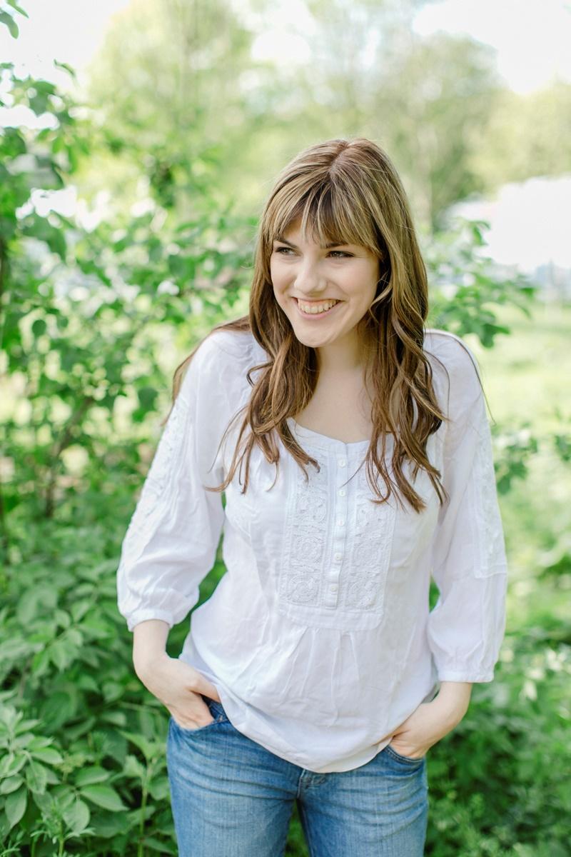 Outdoor Portraitfoto einer lächelnden Frau aufgenommen von Fotografin Hanna Witte aus Koeln