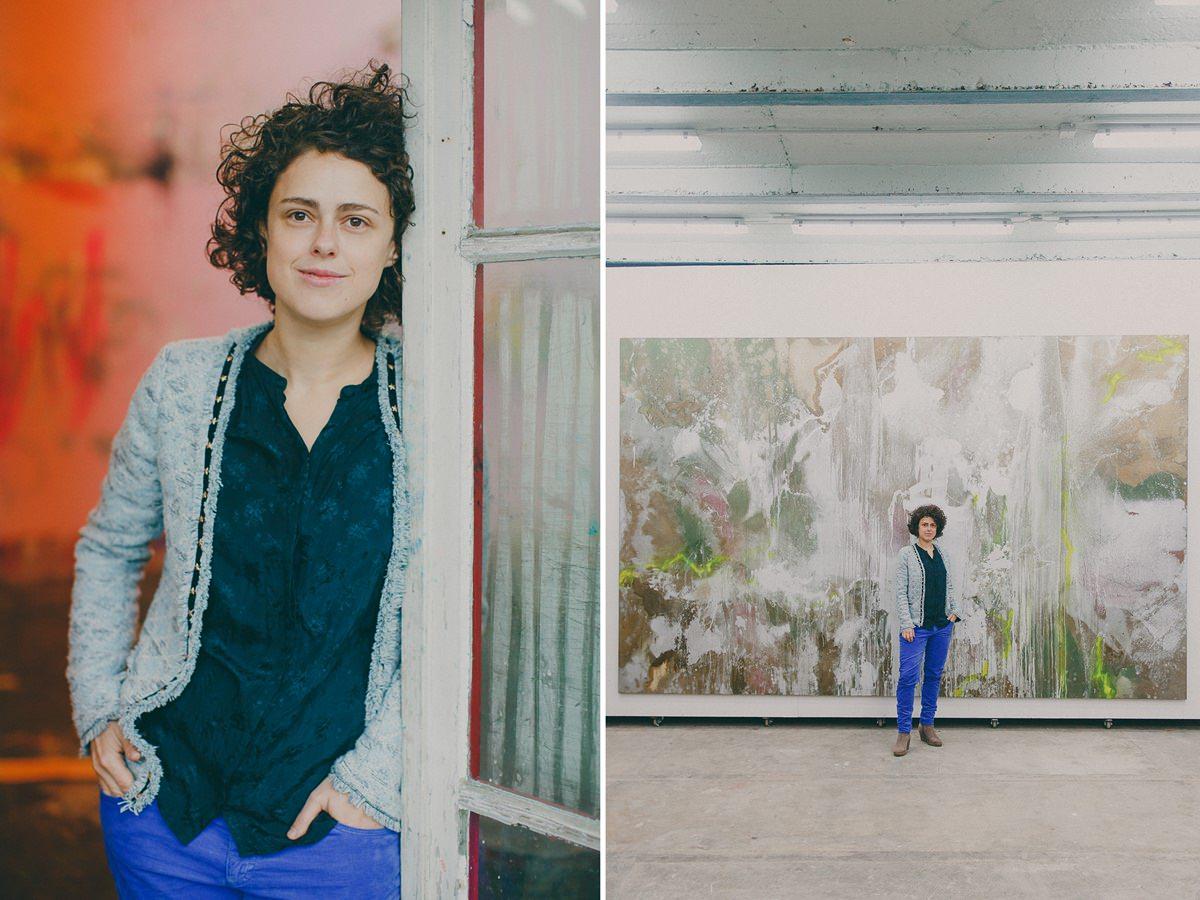 Portraitfoto von Künstlerin Sabrina Haunsperg in ihrer Galerie fotografiert von Hanna Witte