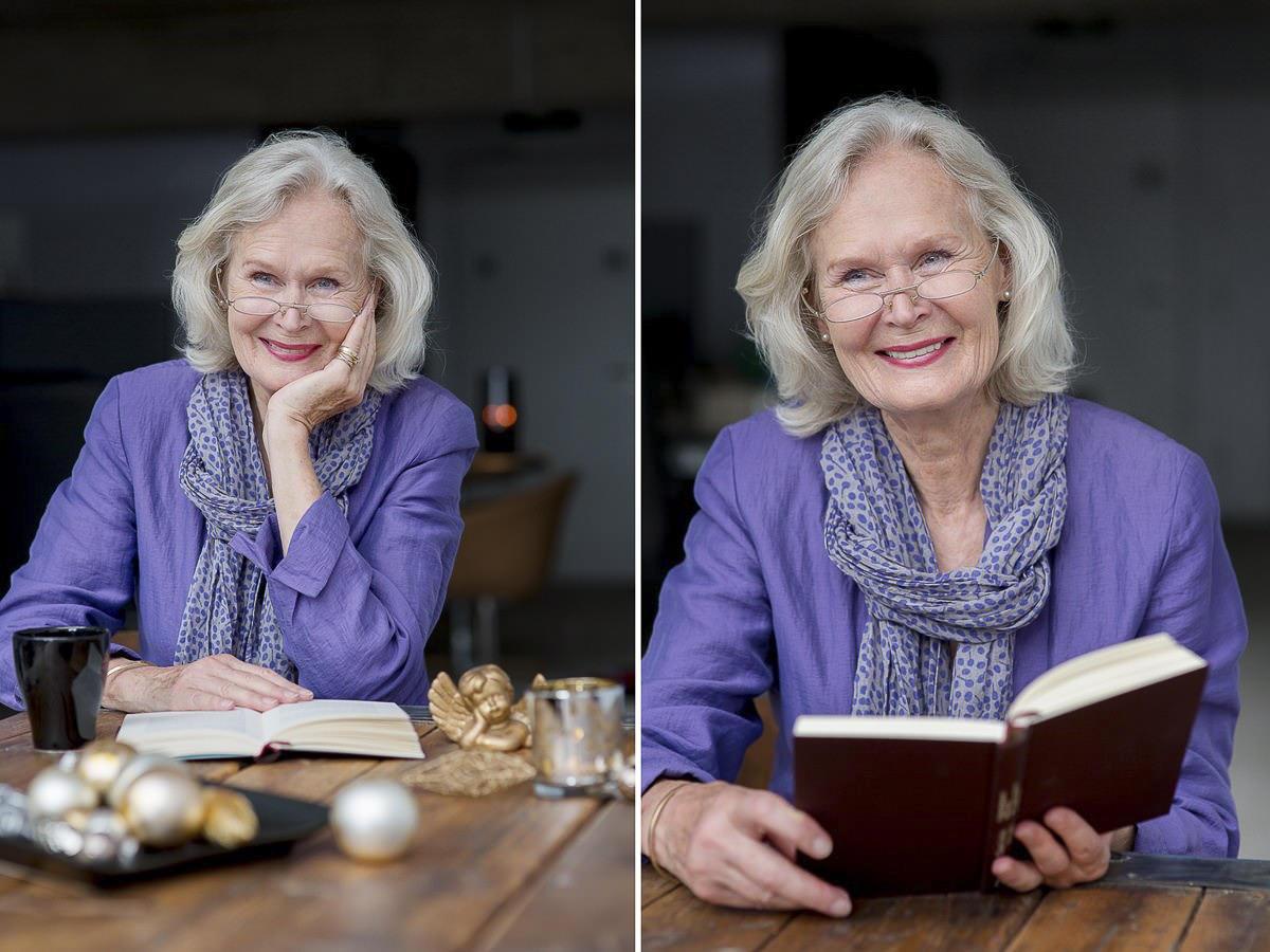 authentisches Portraitfoto einer Frau mit einem Buch in der Hand