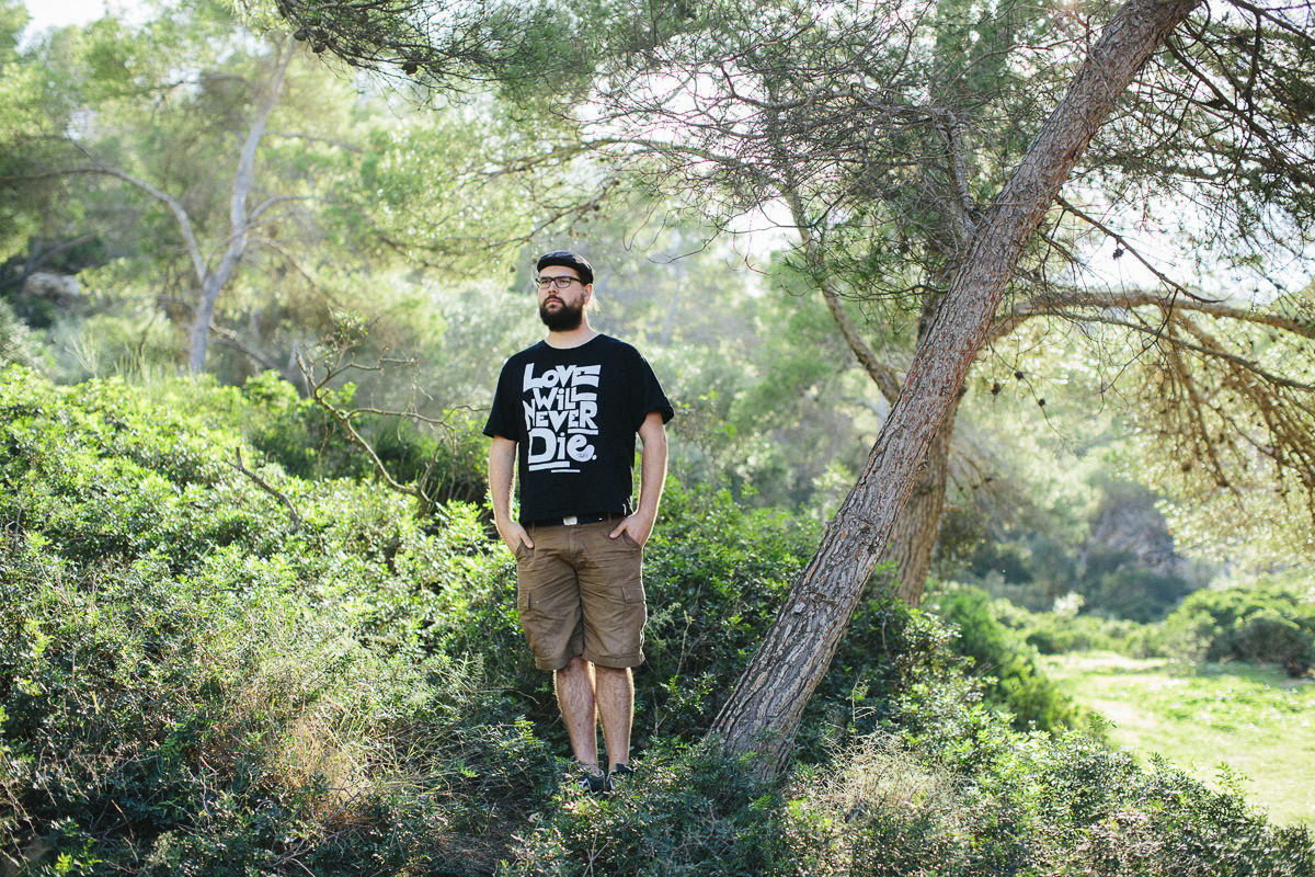 Portraitfoto eines Mannes in der Natur