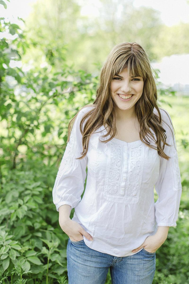 modernes Portraitfoto einer jungen Frau in der Natur