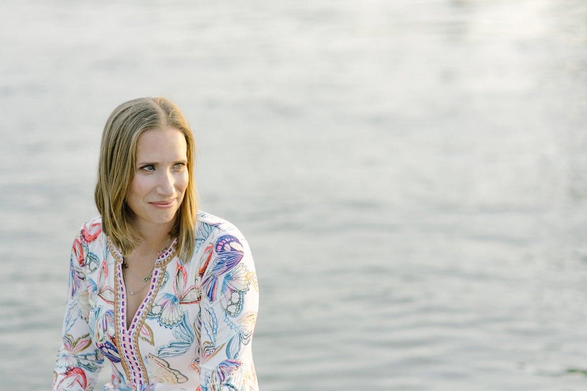 Outdoor Portraitfoto einer Frau am Wasser | Foto: Hanna Witte