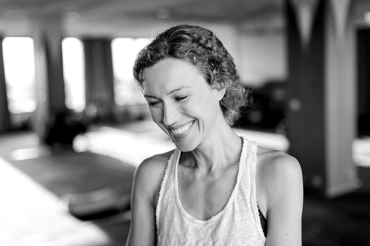 sympathisches schwarz weiss Portrait von Yogalehrerin Ranja Weis