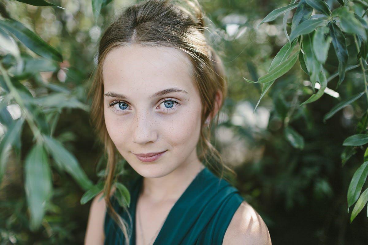 Portraitfoto einer hübschen jungen Frau in der Natur