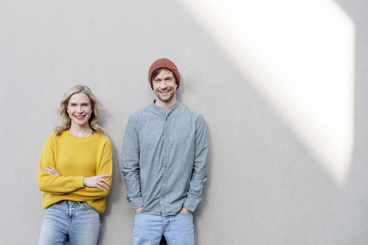 Arbeitskollegen posieren für ein Portraitfoto vor einer hellen Wand | Foto: Hanna Witte