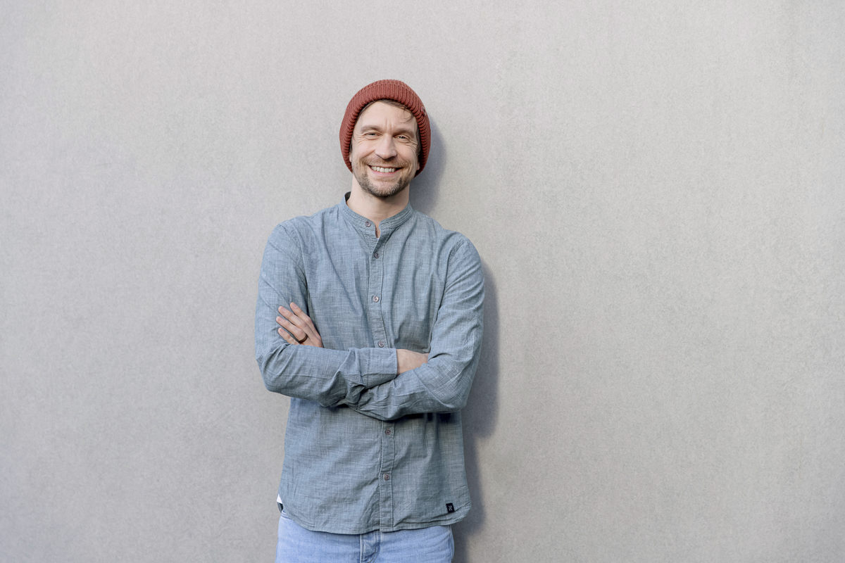 Lässiges Portraitfoto von einem Mann vor einer hellen Wand | Foto: Hanna Witte