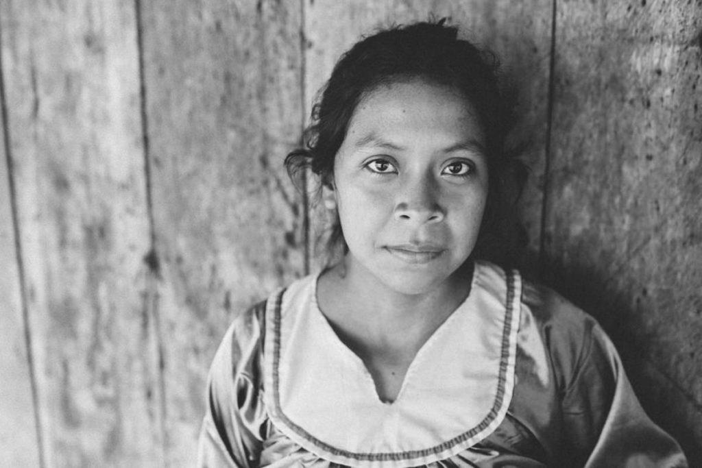 schwarz-weiß Foto einer indigenen Frau aus Ecuador | Foto: Hanna Witte