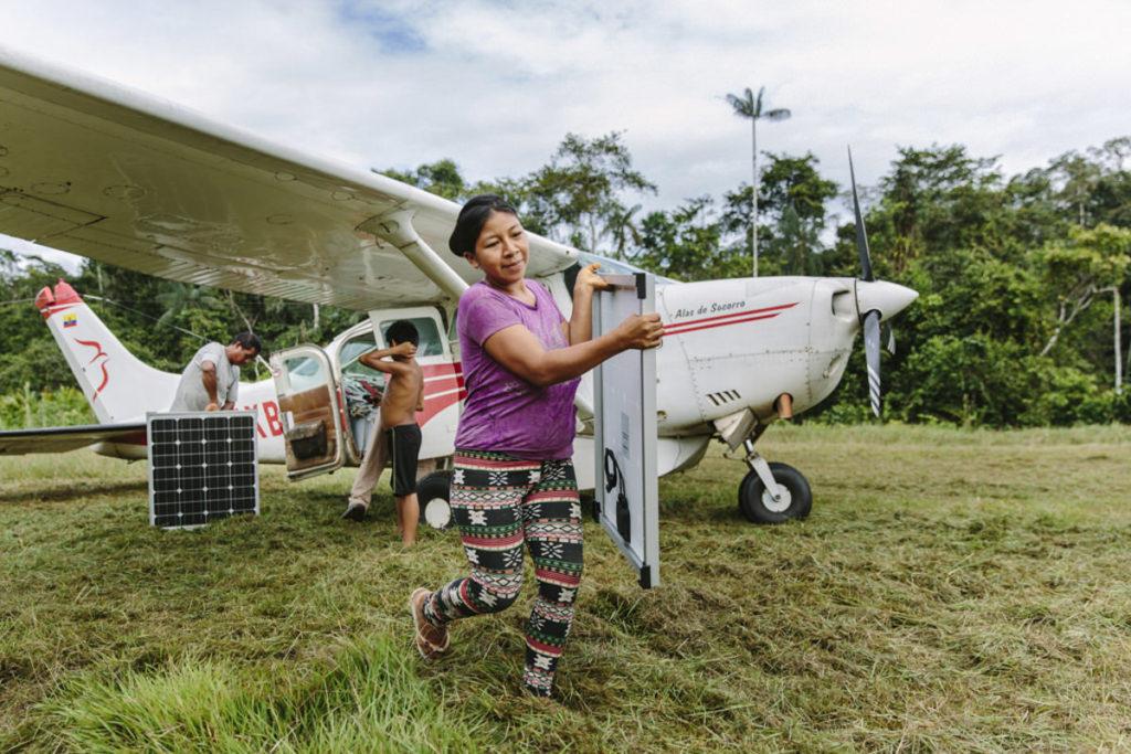 eine indigene Frau trägt Bauteile einer Solaranlage in Ecuador | Foto: Hanna Witte