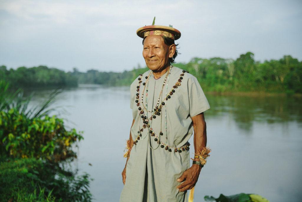 Portraitfoto von einem indigenen Mann am Amazonas in Ecuador | Foto: Hanna Witte