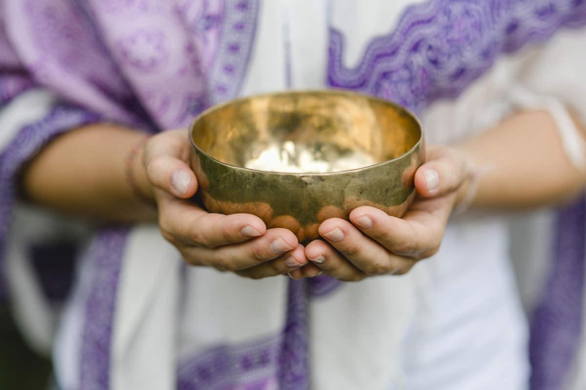 eine Frau hält eine goldene Klangschale in den Händen | Foto: Hanna Witte
