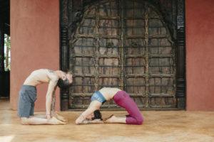 2 Yogalehrer bei einem Yoga Asana in Indien | Foto: Hanna Witte
