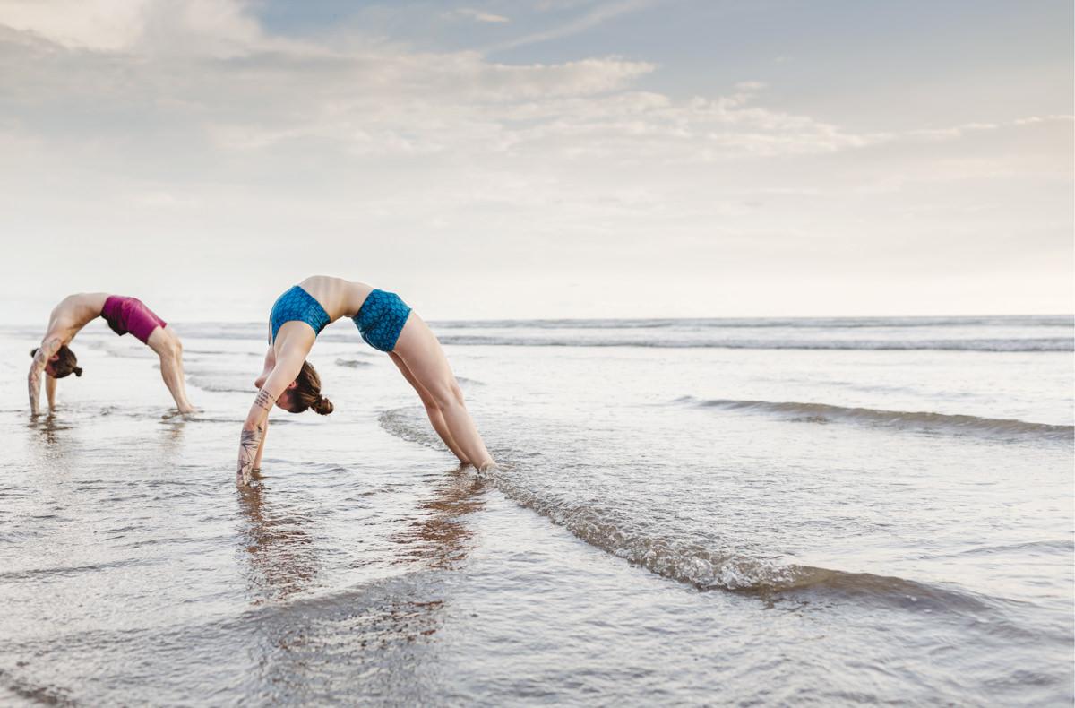 Yoga Foto von 2 Yogalehrern bei einer Yoga Übung im Meer | Foto: Hanna Witte