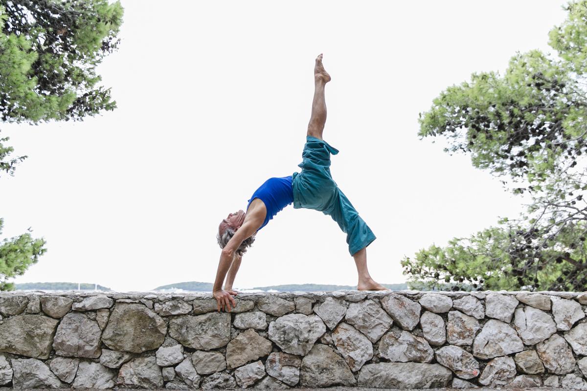 ein Mann macht ein Yoga Asana auf einer Mauer | Foto: Hanna Witte
