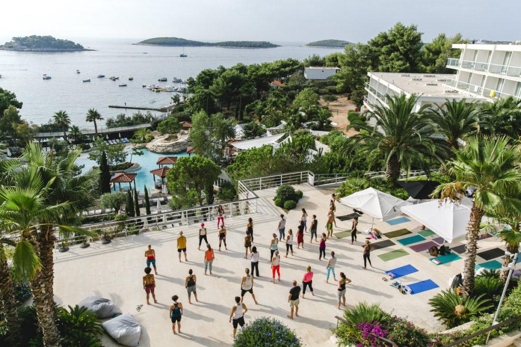 Foto eines Outdoor Yoga Kurses in Kroatien | Foto: Hanna Witte