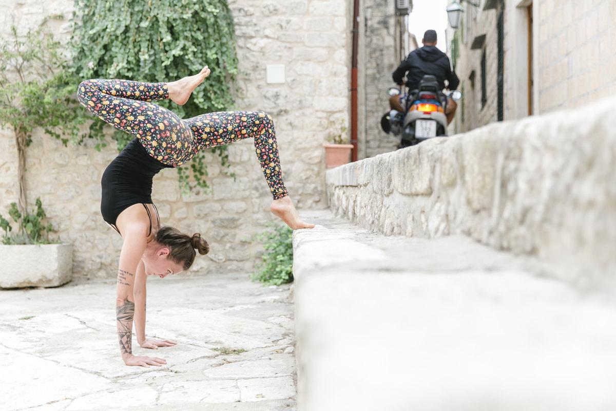 Foto einer Yoga Übung vor einer Treppe | Foto: Hanna Witte