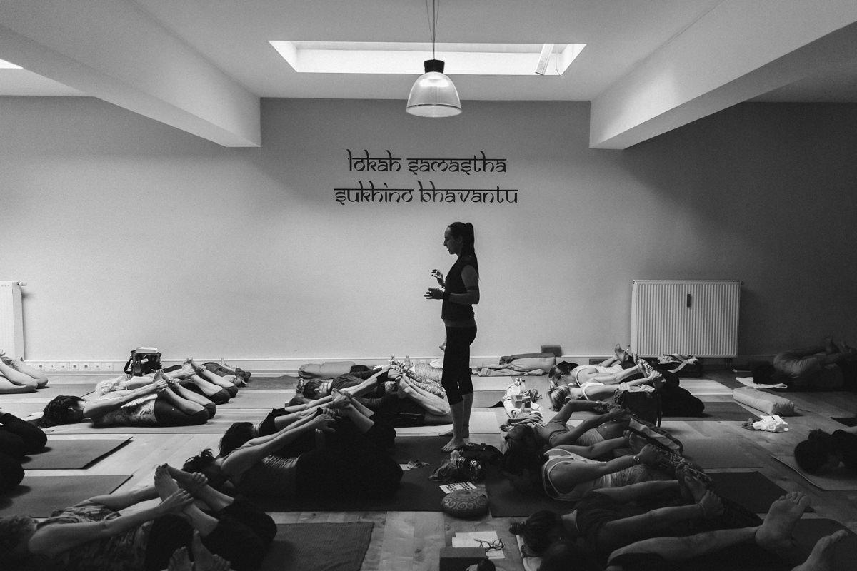 schwarz-weiss Foto einer Yoga Klasse bei der Yoga Conference | Foto: Hanna Witte