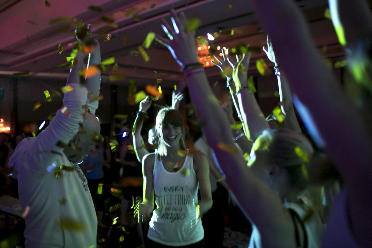 Foto von tanzenden Teilnehmern der Yoga Conference in Köln | Foto: Hanna Witte